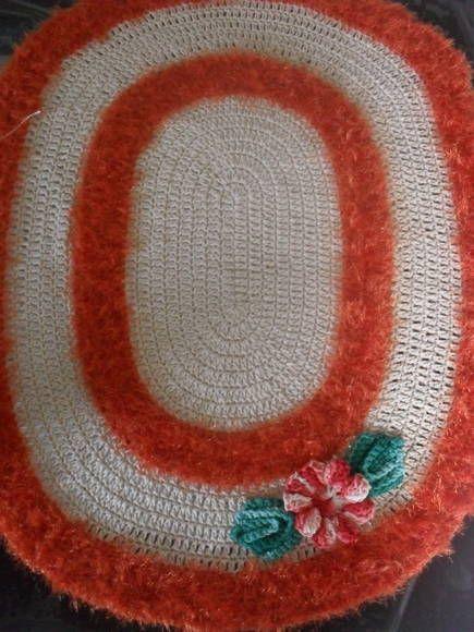 conjunto de tapete beira de cama! confeccionado com barbante número 8 a ponta entrega, disponível  nas cores laranja e cru outras cores só encomendas. R$ 60,00