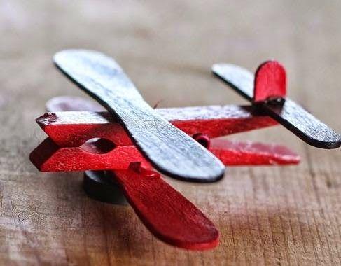 Cómo hacer un avión con niños  Materiales: Pinzas o ganchos de madera de ropa Palitos de madera Silicón  Pintura acrílica