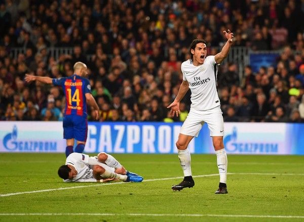 Paris Saint-Germain's Uruguayan forward Edinson Cavani (R) gestures toward referee after Paris Saint-Germain's Argentinian forward Angel Di Maria was fouled (L) during the UEFA Champions League round of 16 second leg football match FC Barcelona vs Paris Saint-Germain FC at the Camp Nou stadium in Barcelona on March 8, 2017. / AFP PHOTO / Josep Lago