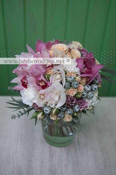 Букет невесты из белых и розовых орхидей цимбидиум, с сирневыми розами, кремовой кустовой розой и зеленью эвкалипта