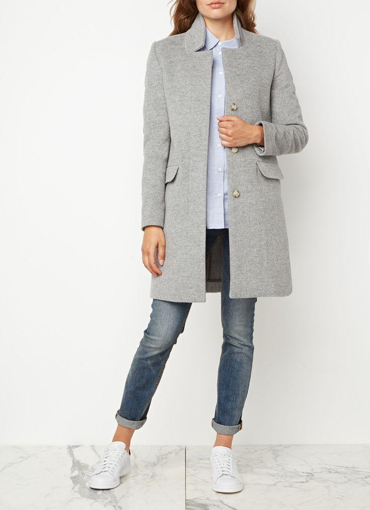 Pori mantel van Closed, vervaardigd uit zachte wol en verrijkt met kasjmier voor een optimaal draagcomfort. Het stijlvolle exemplaar is uitgevoerd in gemêleerd lichtgrijs. Verder heeft het model een kraag, twee klepzakken op de voorzijde en lange mouwen. De jas sluit met drie knopen en aan de achterzijde is een split aangebracht.