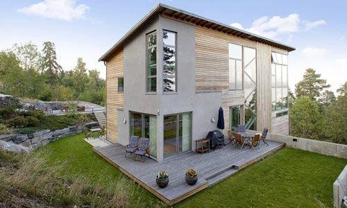 Som en utslängd sten längs bergväggen klamrar sig huset fast. Stora fönster mot en vidunderlig utsikt förmodar vi. Men lägg också till den moderna varianten av spröjs som är lagt mitt i det avlånga fönstret i mitten. Hus Modernt från Willa Nordic.: