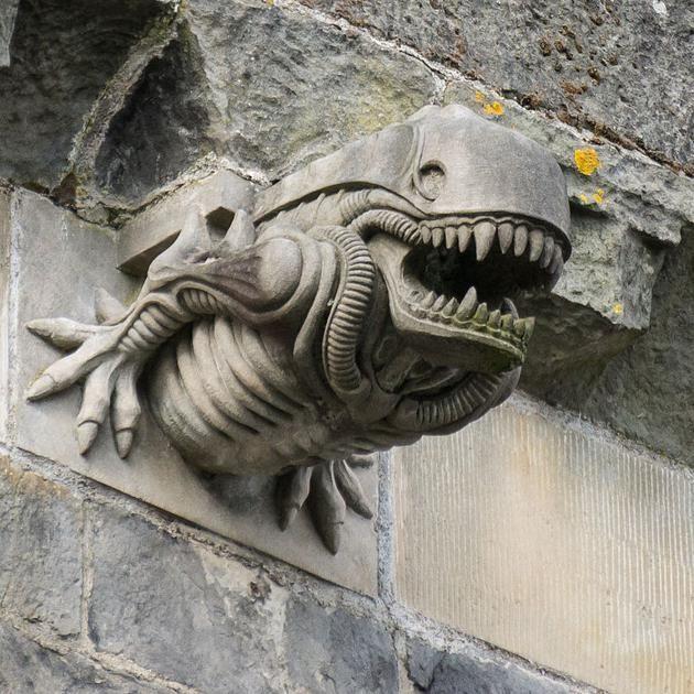 Un alien se cuela entre las gárgolas de una abadía escocesa ...