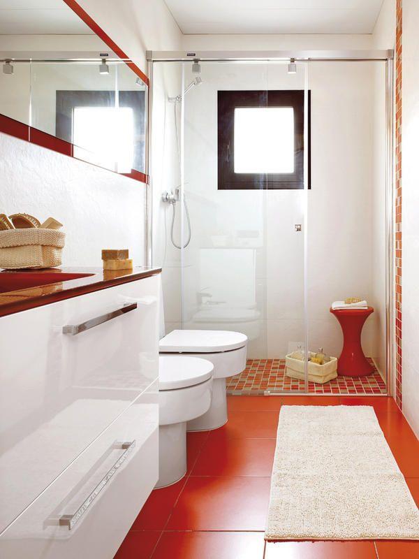 Un baño en blanco y rojo con #ducha de obra