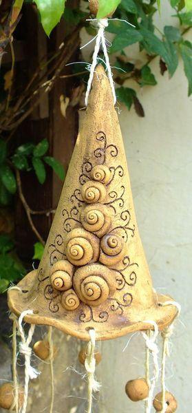 Windspiel Hexenhut Girlande Glocke Gartenkeramik von Terra-Cottage auf DaWanda.com