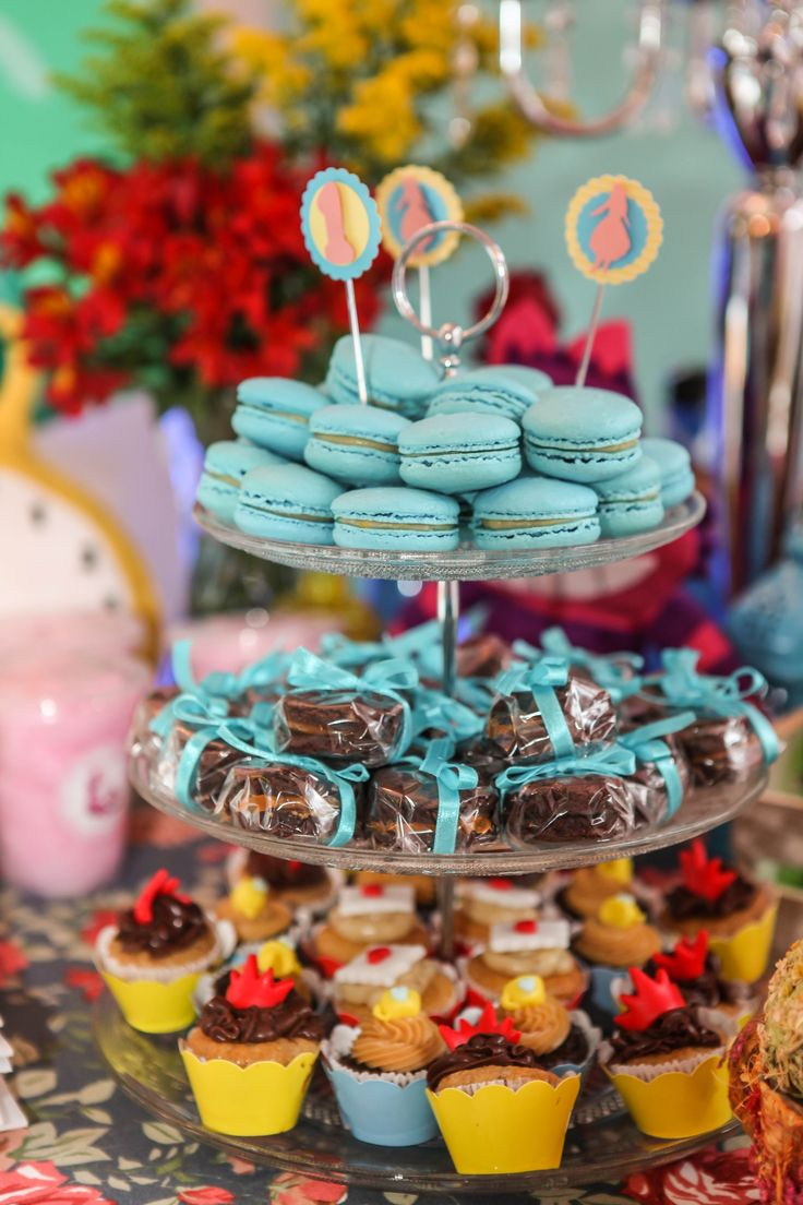 Torre com Macarron, mini Cupcale e Brownie