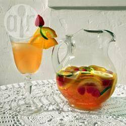Zonnige sangria Ingrediënten  Porties 6: 1 (750 ml) fles rosé wijn 235 ml ananassap 120 ml wodka 60 ml triple sec 120 ml suikersiroop 1 sinaasappel, in plakjes gesneden 1 citroen, in plakjes gesneden 1 limoen, in plakjes gesneden 1 bakje (van ong. 170 gr) verse frambozen