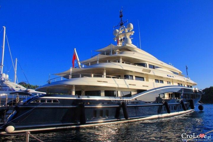 Luksusowy jacht w porcie w Cavtacie || http://crolove.pl/cavtat-spokojne-i-urokliwe-miasteczko-w-poludniowej-dalmacji/ || #Cavtat #Dubrownik #Chorwacja #Croatia