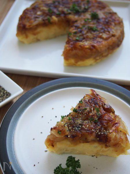 あめ色に炒めたハチミツ入りの玉ねぎに、簡単クリームポテトをのせてこんがり焼いたタタン風の前菜です。