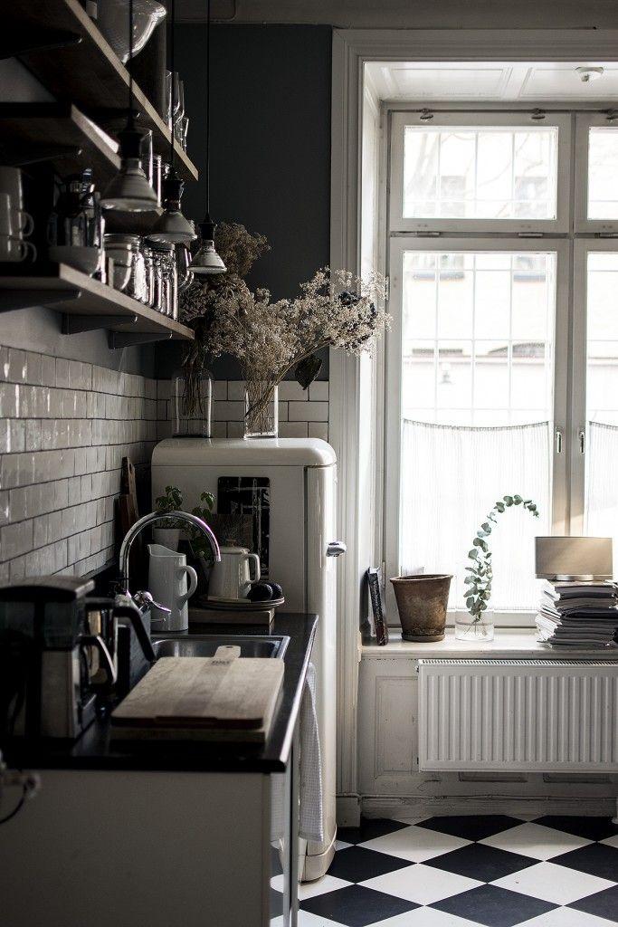 Tegeltjes: wit en daarboven donkere kleur. Mooie klassieke uitstraling verder (wit/zwarte kastjes, de vloer).