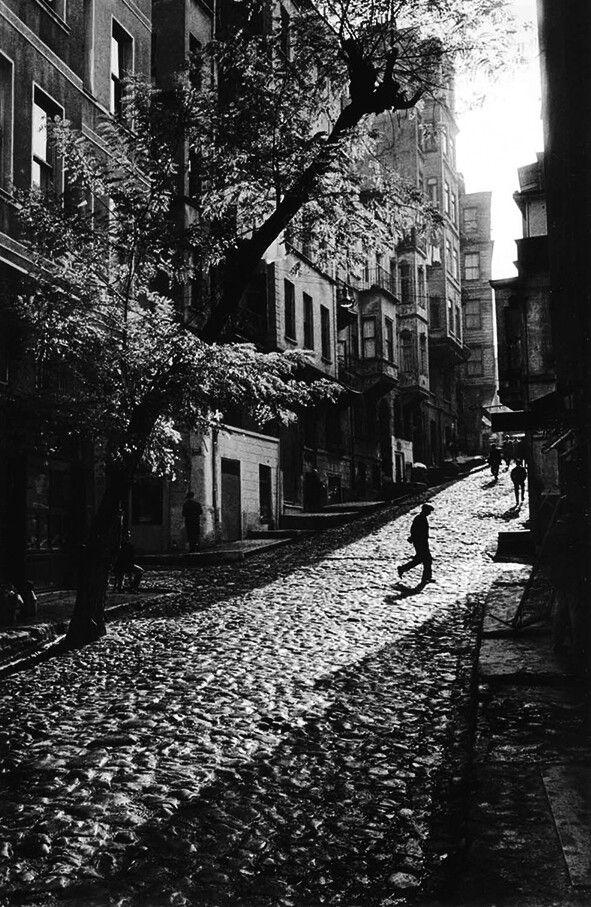 Ara Güler. Tarlabaşı'nda bir sokak 1965