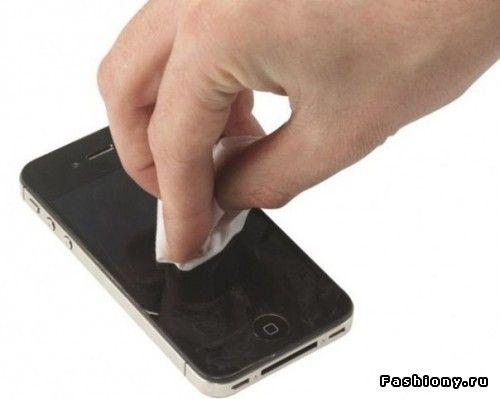 Царапины с iPad (iPhone, iPod) можно убрать при помощи зубной пасты (только не отбеливающей, а самой обычной): нанесите и протирайте ватным тампоном до их исчезновения. Аналогичным способом можно убирать царапины с любых стеклянных поверхностей.