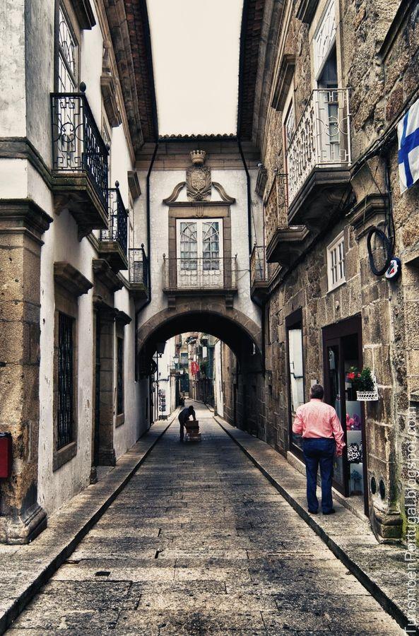 """A cidade de Guimarães é conhecida por """"O Berço da Nação Portuguesa"""". Nela aconteceram alguns acontecimentos políticos e militares de relevo. No século X a Condessa Mumadona Dias mandou construir, na sua propriedade de Vimaranes, um mosteiro duplo, atraindo muita gente que aí se fixou, dando origem à Vila Baixa, esta ligada, pela Rua de Santa Maria, à Vila Alta, onde a Condessa havia mandado construir também um castelo e onde residia outro grupo populacional. Ed. de texto by Lúcia."""