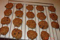 Americké cookies: 3 hrnky ovesných vloček (já použila jemné z DMka), 1 hrnke mouky (já dávala špaldovou), 100g nastrouhané čokolády, 50g rozinek (měla jsem namočené v rumu), 50g brusinek, 100g slunečnic (co komu chutná - oříšky, kokos atd.), 1 lžička prdopeče, půl lžičky skořice, 225g rozpuštěného másla, 1/2 hrnku cukru, 1 vanilkový cukr (doporučuji Bio od Amylonu třtinový s pravou vanilkou), 2 žloutky, můžou být 2 lžíce medu, cca 6 lžic mléka - dle tuhosti hmoty.