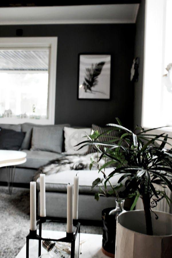 konsttryck, annelie, konsttryck by annelie, fjäder, handmålad fjäder, tavlor, säljes, tavla 50 X70 cm, neonljus, vardagsrum, tavla i vardagsrummet, fårskinn i soffa, grå vägg, kuddar i soffan, peace kudde, rutig kudde i svart och vitt från ikea, inredning i vardagsrum, grå tygsoffa, mio, soffa från mio, militärtyg på soffa, grått tyg, litet avlastningsbord, bord med dekoration, blomma, grön växt, ljusstake från netto, treklöver bord, grå matta, matta i vardagsrum