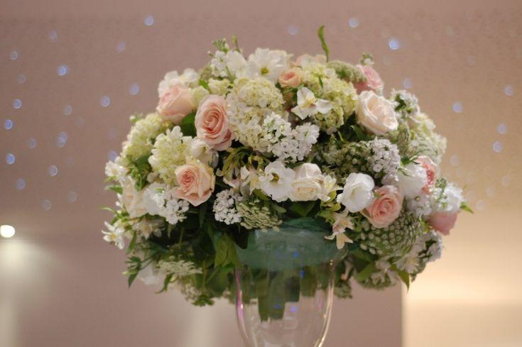 Arranjo hortência branca, astromélia branca, rosa rosa claro, rosa branca, lisianthus branco