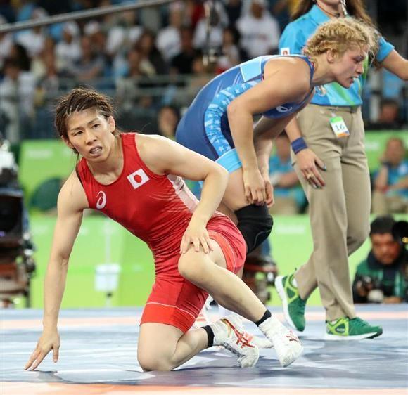 女子53キロ級決勝で敗れ、4連覇を逃した吉田。右は優勝したマルーリス(大橋純人撮影)