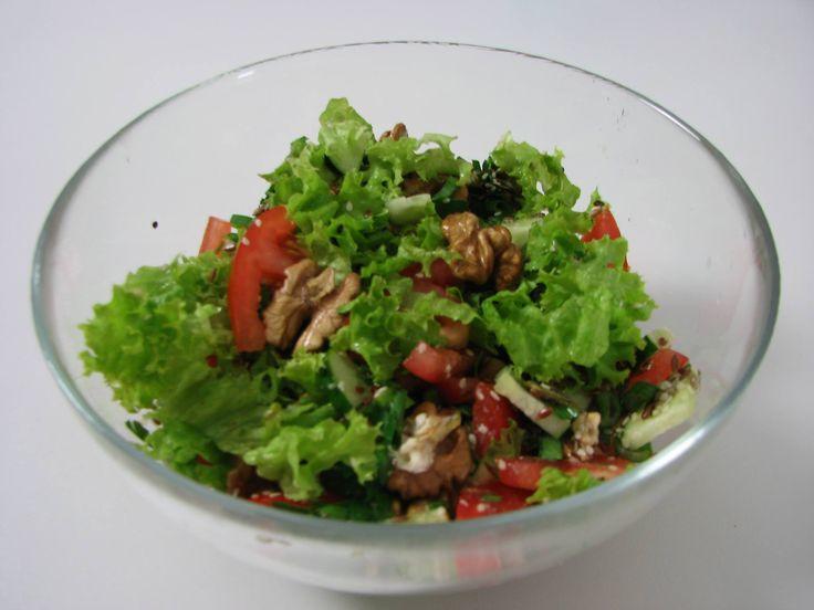 Salată de sezon cu seminţe şi nuci. Reţeta o puteţi găsi aici în format text dar şi video: http://www.babyboom.ro/salata-de-sezon-cu-seminte-si-nuci/