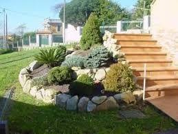 resultado de imagen para jardines pequeos con piedras y troncos