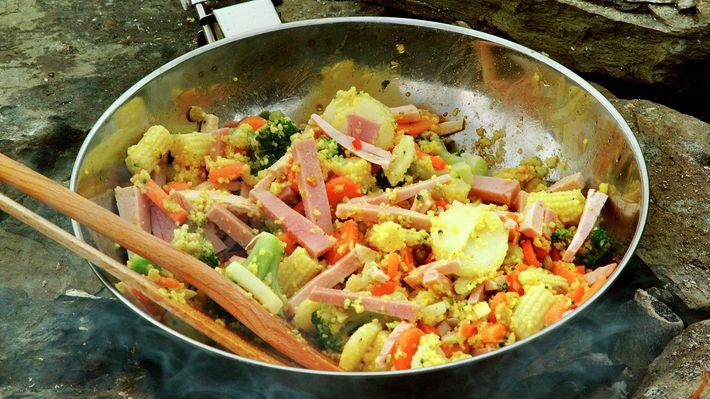 Wok på tur  Om det er ferie eller kun en helg, er det deilig med opplevelser, avslapping og å kunne unne seg det lille ekstra. Med en wokpanne kan man trylle frem både sunne og spennende retter på en-to-tre. Alt skjer i samme panne. Det blir minimalt med søl og oppvask. Du kan woke inne eller ute, på hytta, i båten, i skogen. Sørg for å ha tilgang til en kokeplate, gassapparat, et bål, eller en annen varmekilde.  http://www.matprat.no/oppskrifter/rask/wok-pa-tur/   FOLLOW me on Facebook, I…
