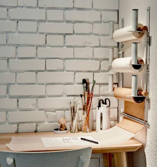 Mantener el orden en la zona de trabajo es muy importante, AD España ha descubierto que © Ikea en su catálogo utiliza el versátil portarrollos de papel higiénico Grundtal fuera de su espacio habitual