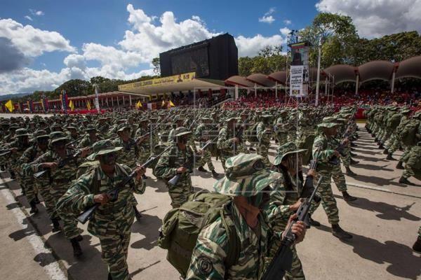 Militares venezolanos desfilan en Caracas y realizan un llamado a la paz