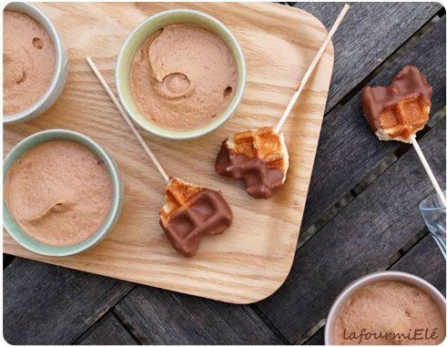 Mousse au #chocolat au lait jivara #Valrhona et sa sucette gaufrée chocolatée pour un dessert simple et gourmand.