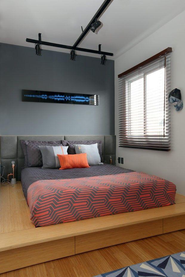 uarto do casal | Um tablado de bambu carbonizado da Neobambu eleva o colchão e permite a instalação de gavetas para guardar a roupa de cama. A cabeceira foi estofada com lona da Regatta, e, atrás dela, a parede foi pintada com Web Gray (SW 7075), da Sherw (Foto: Mariana Orsi/Editora Globo)
