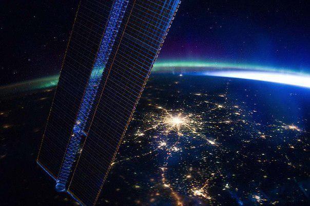 Москва, снятая с борта МКС. Зелёная полоса — вчерашнее северное сияние. Яркий свет справа — приближающийся рассвет.