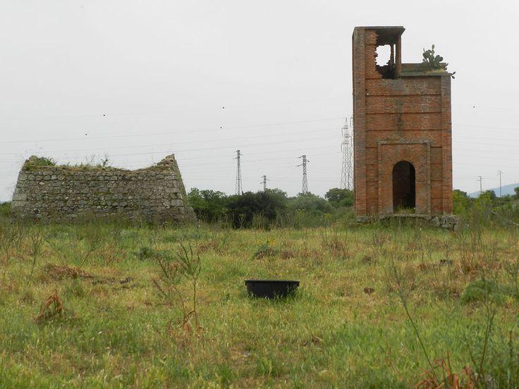 Un'altra perla abbandonata dell'Omodeo: una postazione di difesa della diga Pensavamo di aver visto ormai tutto nei dintorni del lago Omodeo, e invece no. Troppa storia, e troppo lunga, per non ave...
