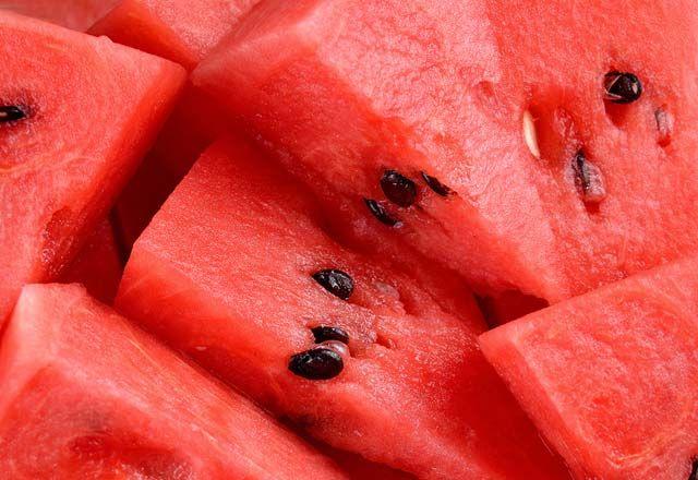 Karpuz çekirdeğinin 20 faydası Artık karpuz sadece sıcak yaz günlerinde serinlemek için yediğimiz bir meyve değil. Kabuğundan çekirdeğine her şeyinden faydalanabiliyoruz. A vitamini (karotenoidler), C vitamini, pantotenik asit, bakır, biyotin, potasyum, B1, B6 vitaminleri ve magnezyum deposudur. Ama karpuz çekirdeklerinin faydalarını görene kadar bekleyin. Karpuz çekirdeğiyağ asitleri, önemli proteinler, magnezyum, potasyum, manganez, demir, çinko, fosfor …
