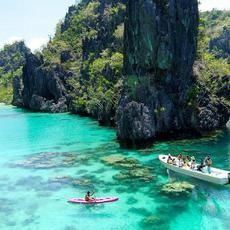 Οι αναγνώστες του πιο έγκυρου ίσως ταξιδιωτικού περιοδικού παγκοσμίως, του Conde Nast Traveller ψήφισαν το Palawan ως το ομορφότερο νησί στον κόσμο. Οι φανατικοί ταξιδιώτες ξετρελαίνονται με αυτό το μαγικό νησί στο αρχιπέλαγος των Φιλιππίνων: παρθένα τροπική φύση, ασβεστολιθικοί βράχοι, κοραλλιογενείς ύφαλοι, βουνά τυλιγμένα στην ομίχλη, συναρπαστική άγρια ζωή και last but not least πρωτόγονες φυλές.