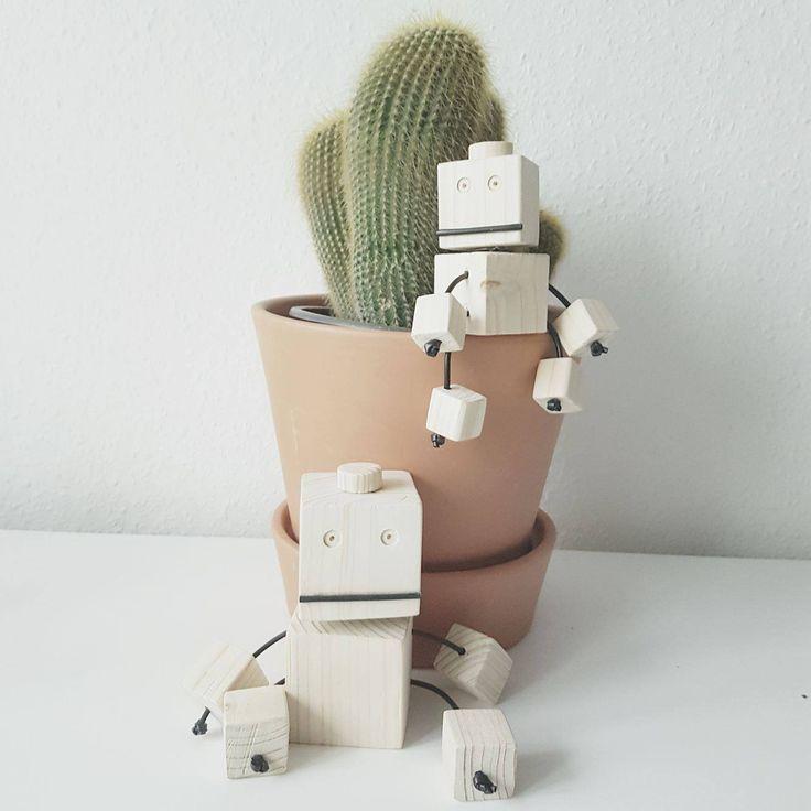 Jeg har altid været ret fascineret af lækre ting lavet i træ og ville så gerne prøve at lave noget selv, så jeg fandt på at lave disse nuttede robotter i træ. Jeg synes selv, at de blev vildt fine, selvom mine kundskaber inden for træarbejde er meget begrænset. Meeeeen jeg opdagede selvfølgelig, (ef