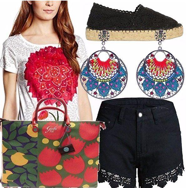 T-shirt Desigual con stampa a fiore, short di jeans nero in pizzo, borsa multicolor con fiori rossi e gialli, espadrillas nera, orecchini pendenti a cerchio multicolor. Outfit adatto al tempo libero, o al mare!