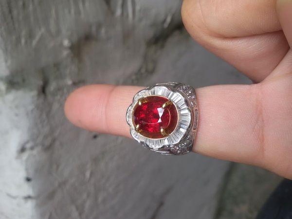 Natural Corondum Ruby Tanzania dengan warna merahnya juara dan menyala istimewa dengan ikat emas berlian. untuk detail bisa dilihat di sertifikat. video by request
