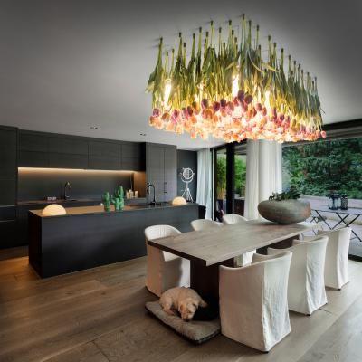 Lestenec Flower Power italijanskega podjetja VG je izdelan iz umetnih cvetočih tulipanov, ki so pripeti na strop, med njimi pa se skrivajo LED-svetila iz muranskega stekla.