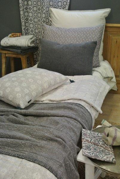 Nuances de gris.. parure de lit, coussins, plaid, courtepointe et voilage en coton..
