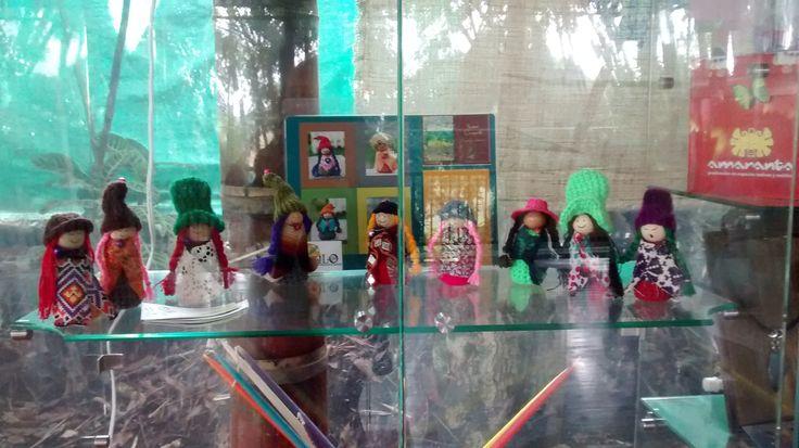 Muñecas Ilo en vitrina