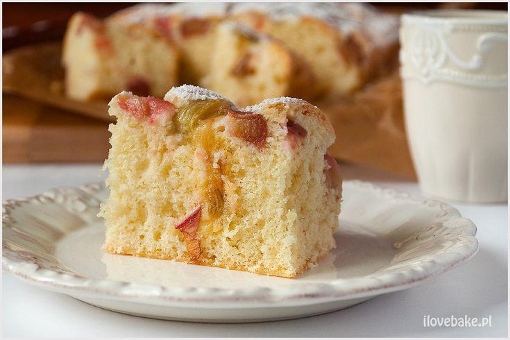 Placek z rabarbarem jest lekki, puszysty i idealny, gdy mamy tylko chwilę na przygotowanie pysznego ciasta. Połączenie słodkiego ciasta z kwaśnym rabarbarem jest przepyszne.