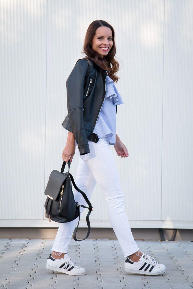 Modrá blúzka, biele džínsy a čierna bunda - Tina Chic