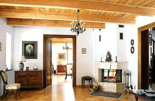 """Деревянные дома часто """"грешат"""" такой проблемой, как низкие потолки. Выбор способа, которым можно поднять потолок в такой ситуации, невелик, но все же такие методы существуют и почти всегда можно добавить 25-30 сантиметров высоты."""
