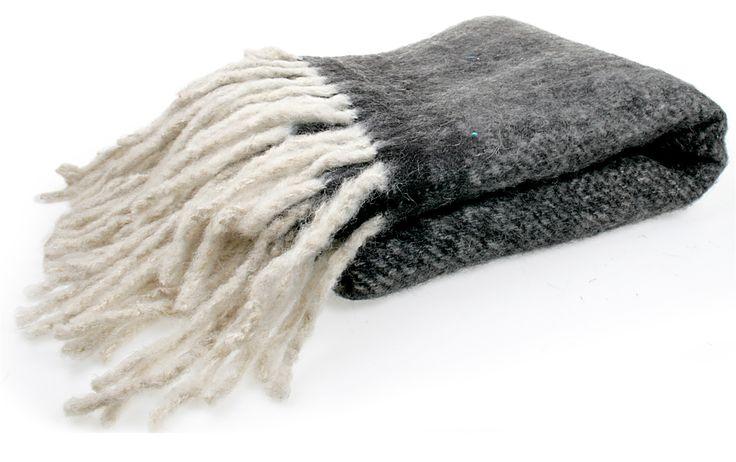 Læker og blød ulden plaid med frynser til Brug i boligen eller i haven på de kølige sommer aftener. - Brøndum Interiør, Inspiration til din boligindretning