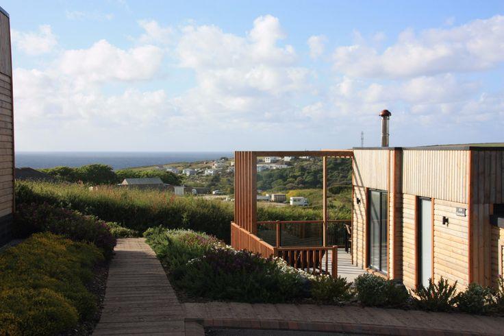 Es gibt diese Ferienhäuser, in denen man sich auf Anhieb wohlfühlt und das Gefühl hat - hier will ich gar nicht mehr weg. So eins haben wir in Cornwall entdeckt. Ganz anders, als ihr euch vielleicht eine Ferienhaus in Cornwall vorstellt. Kein schnuckliges Cottage, sondern ein rundum modernes, helles und unglaublich komfortables Häuschen im Einklang mit der Natur und doch von perfekter Infrastr ...