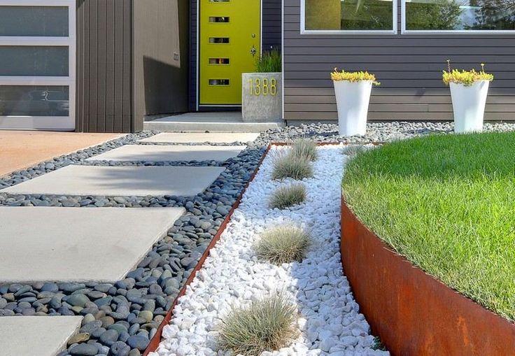 aménagement petit jardin et accès maison par dalles en pierres blanches sur cailloux