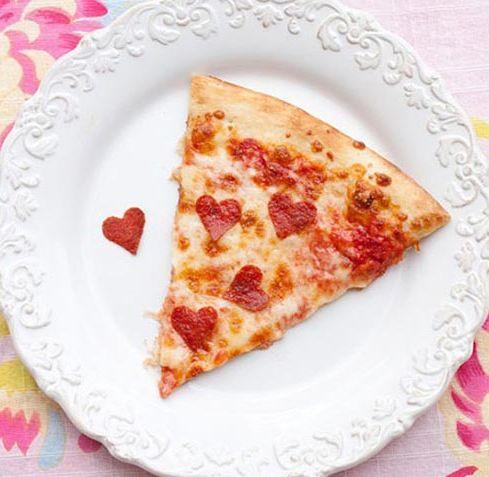 Una receta para enamorar en el día de san valentín, pizza con corazones de pepperoni.