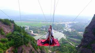 Chinese couple tie knot on glass bridge over gorge - BBC News