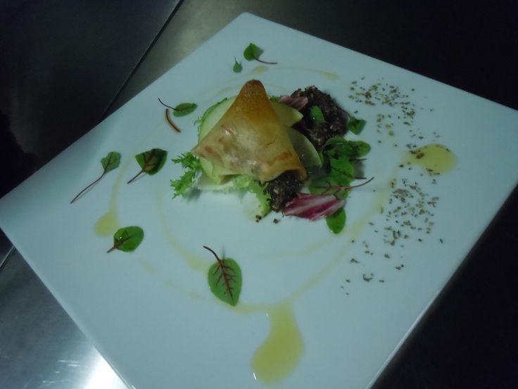 crocante de queijo da serra da estrela e sua salada de micro verdes.