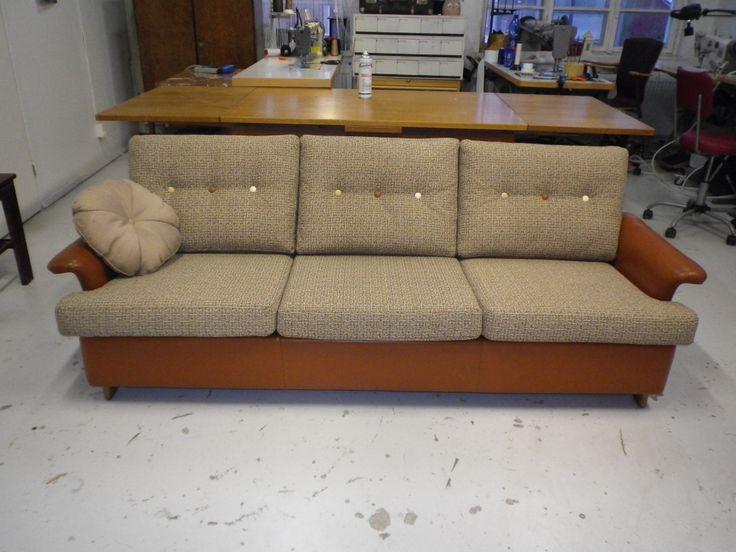 Askon valmistama sohva 60-luvulta. Selän ja istuimen tyynyt uusittu ja verhoiltu kankaalla. Rungon hyvässä kunnossa ollut nahka säilytettiin.