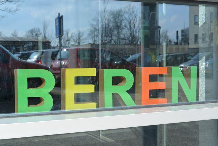 Ramen bij de ingang van binnen versierd met geschilderde kartonnen letters xenos eigen for Decor ingang