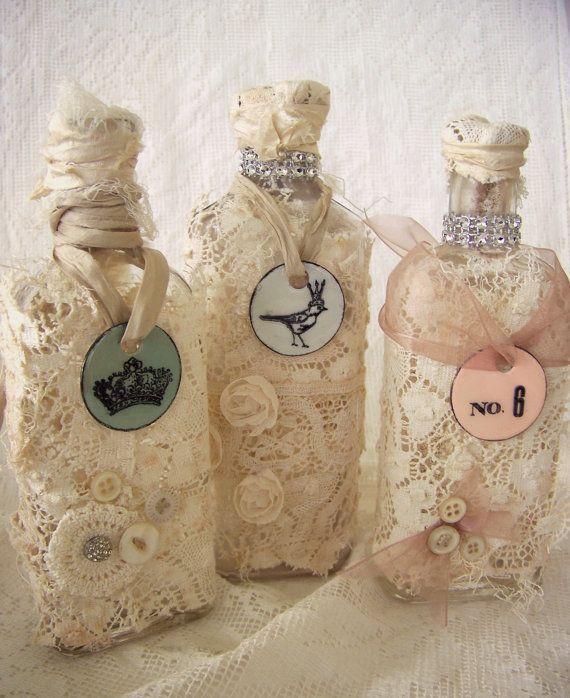 Qualunque bottiglietta può diventare un prezioso oggetto da esporre, di qualunque forma e grandezza, basta un po di fantasia e tanta creatività per renderle così belle e shabby. Per la creazione di queste bottigliette in shabby chic occorrono: Le bottigliette ovviamente, merletti, pizzi, nastrini, perline, vecchie stampe di donnine dell'ottocento (o di riviste d'epoca) e ... Leggi ancora